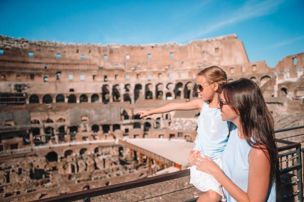 Mutter und kleines fröhliches Mädchen an berühmtem Ort in Europa – Foto