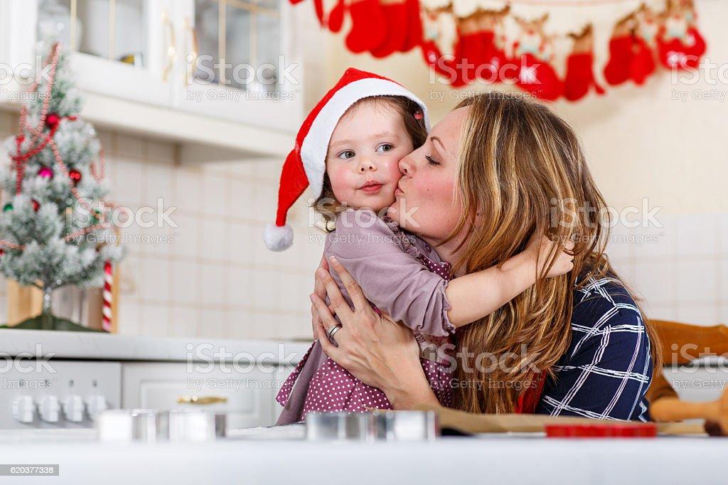 Matka z małym dzieckiem Dziewczyna do pieczenia z piernika cookie dla Chrystus zbiór zdjęć royalty-free
