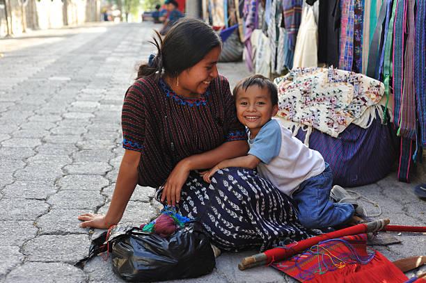 mother and small child in santa catarina poropo,  guatemala - midden amerika stockfoto's en -beelden