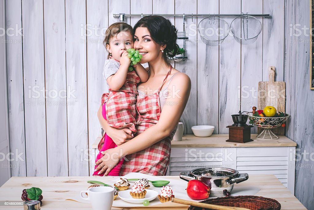 Mother and small child in the kitchen at home beautiful - foto de stock