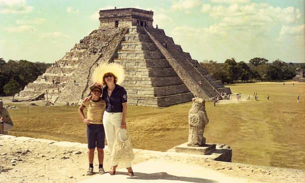 mother and son against el castillo/kukulkan pyramid - viagens anos 70 imagens e fotografias de stock