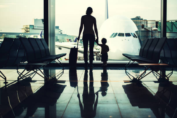 mother and son at airport - luchthaven frankfurt am main stockfoto's en -beelden