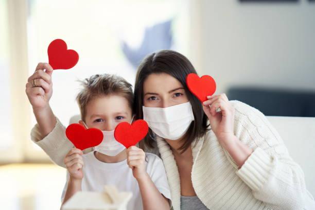 Mutter und Sohn zu Hause Quarantäne während Coronavirus Pandemie halten Herzen – Foto