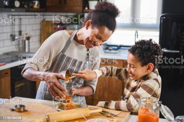 Mother and son baking together picture id1178735228?b=1&k=6&m=1178735228&s=612x612&h=rfeqw ghmxjowozfcdnlaq59kgwu1lazqpyvgtibfa8=