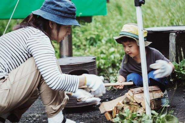 母と息子の屋外キャンプ - キャンプ ストックフォトと画像