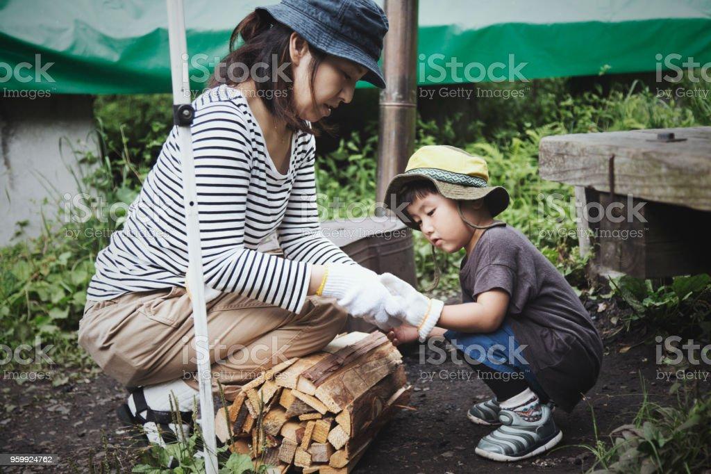 母と息子の屋外キャンプ ストックフォト