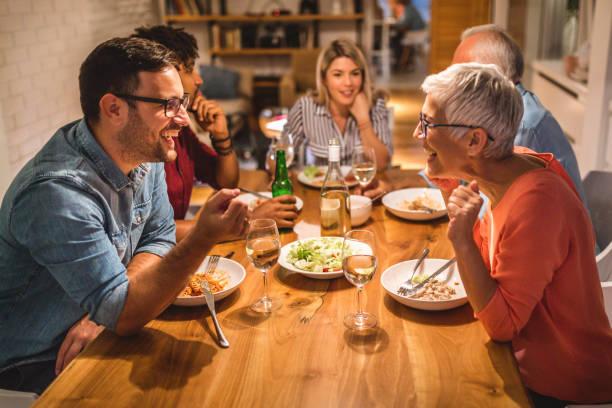 matka i syn rozmawiają podczas kolacji - kolacja spotkanie towarzyskie zdjęcia i obrazy z banku zdjęć