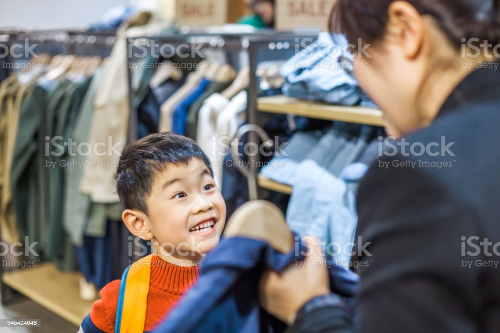 Mutter und Sohn Wahl Kleidung im Innenbereich – Foto