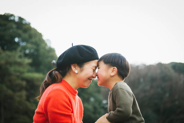Mãe e filho se comunicando cara a cara - foto de acervo