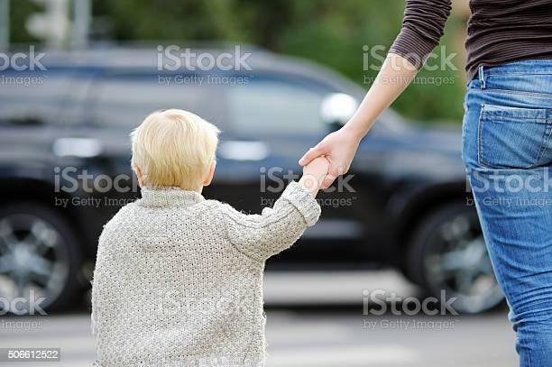 Madre E Hijo Cruce Calle Por El Paso Peatonal Foto de stock y más banco de imágenes de 12-17 meses