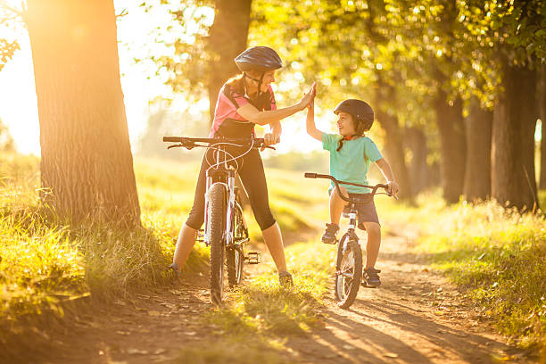 Mother and son cycling in the countryside – Foto