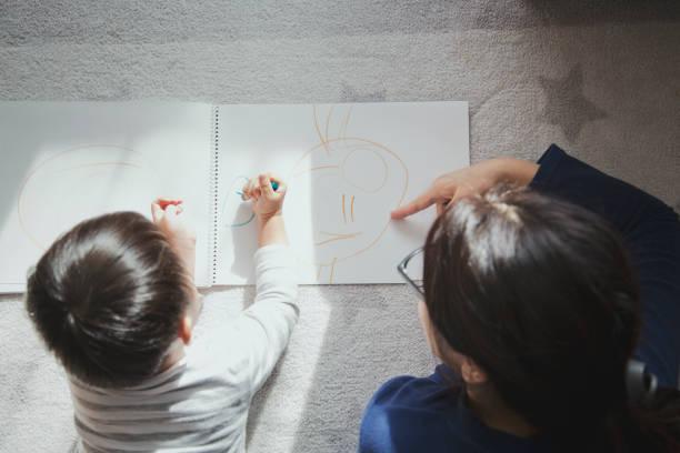 Mãe e filho em casa com um desenho - foto de acervo