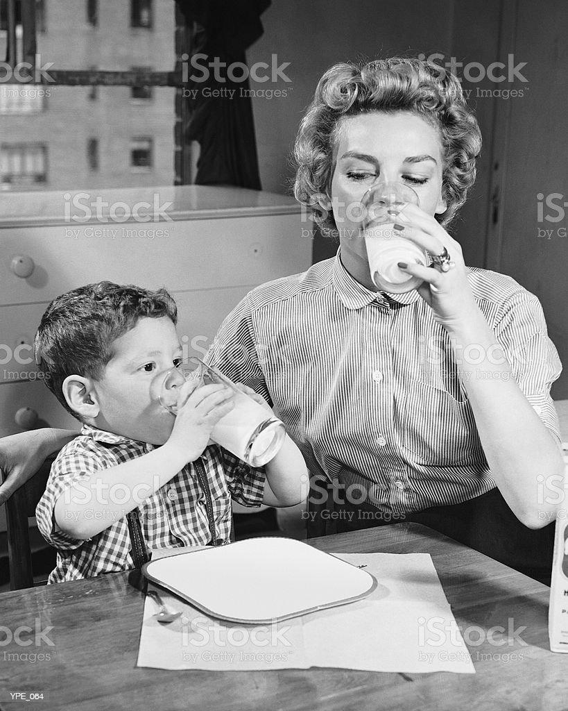 Mère et son fils buvant du lait photo libre de droits