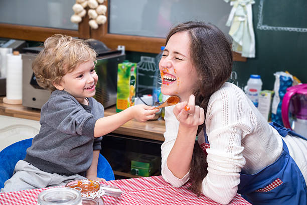 Mother and son having fun during breakfast. – Foto