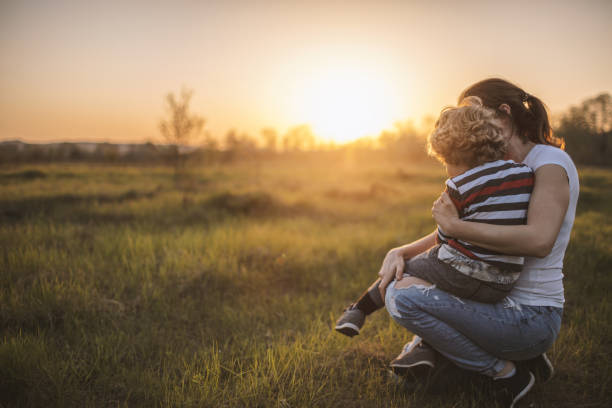 Mutter und Sohn Spaß im freien – Foto