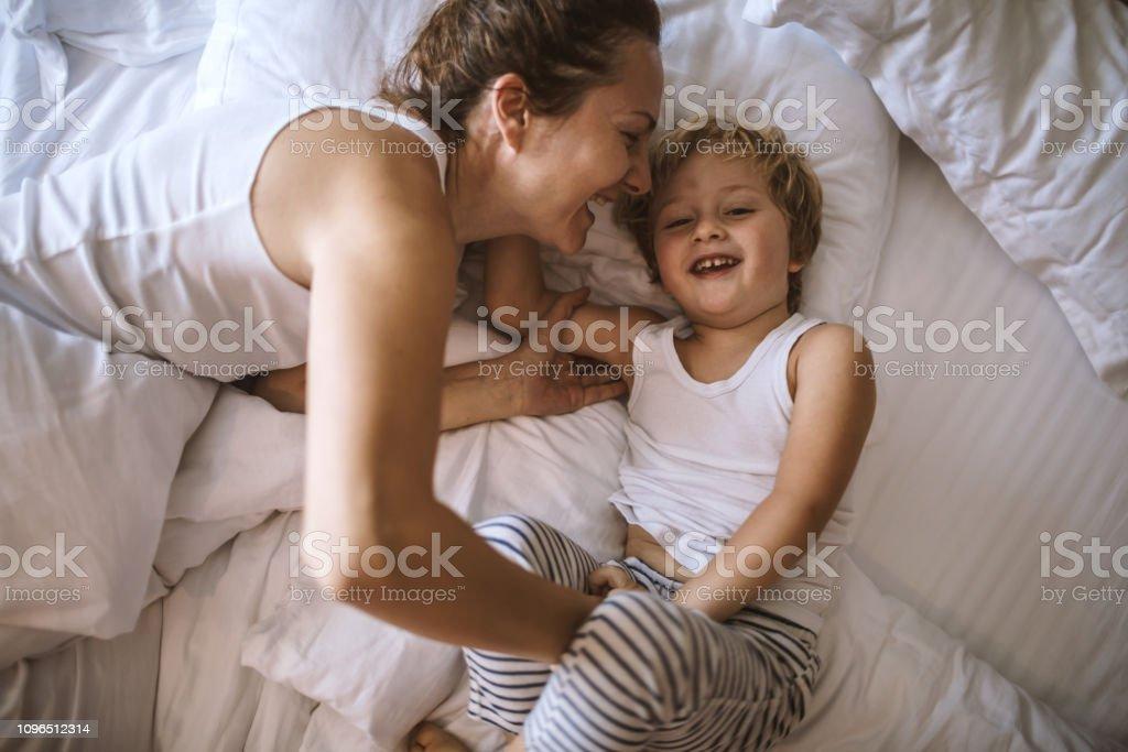 Mutter und Sohn Spaß zusammen im Schlafzimmer – Foto
