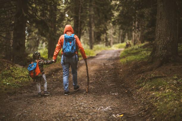 Mutter und Sohn wandern im Wald – Foto