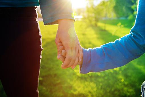 어머니와 아들 일몰 육아에서 손을 잡고 가족에 대한 스톡 사진 및 기타 이미지