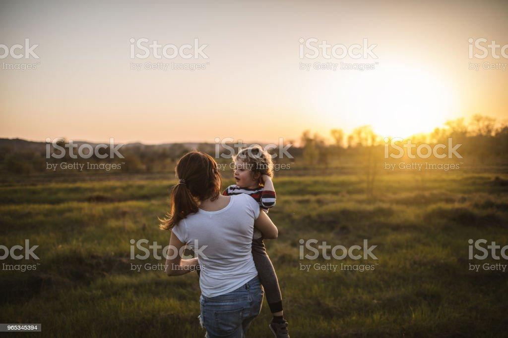 母親和兒子在自然 - 免版稅一個小孩的家庭圖庫照片