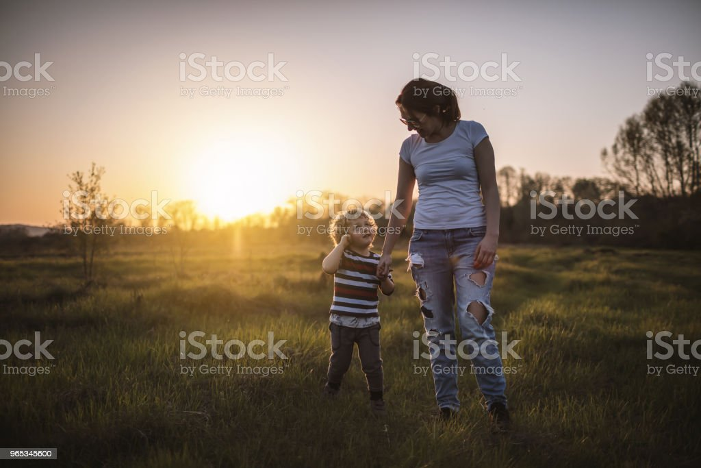 Mother and son in nature zbiór zdjęć royalty-free
