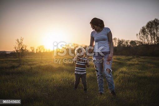 Mother And Son In Nature - Stockowe zdjęcia i więcej obrazów Biegać