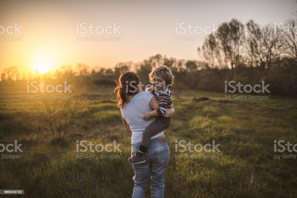 Mère et fils dans la nature - Photo de Activité de loisirs libre de droits