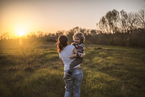 Photo libre de droit de Mère Et Fils Dans La Nature banque d'images et plus d'images libres de droit de {top keyword}