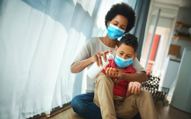 Mutter und Sohn in Pandemie-Quarantäne. – Foto