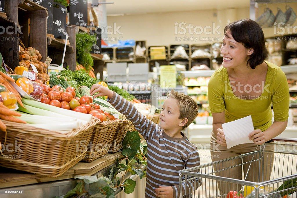 Madre e figlio nel supermercato - foto stock