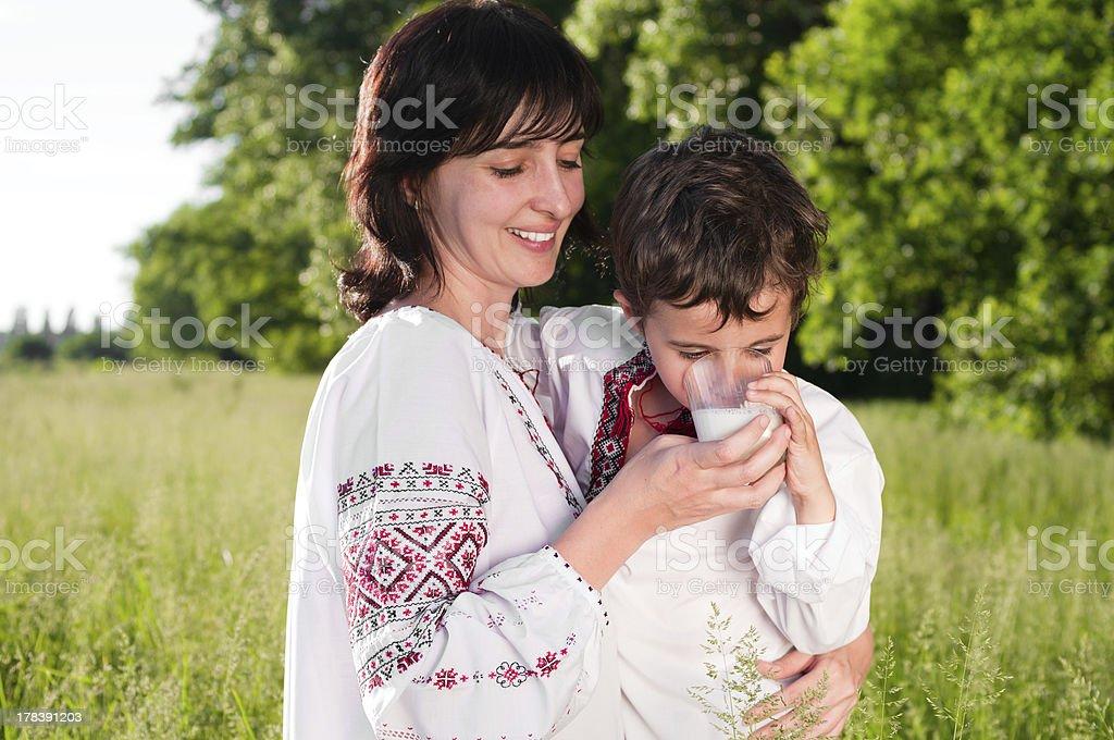 Mutter und Sohn im traditionellen Ukrainische Hemd Milch trinken im Freien – Foto