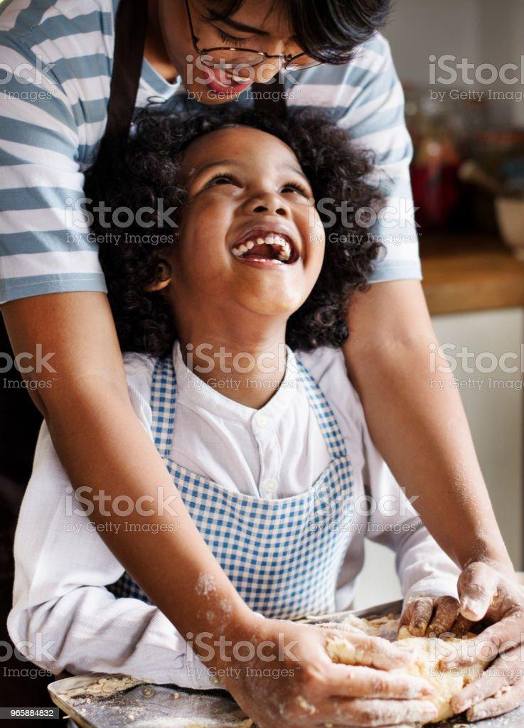 Moeder en zoon kneden van deeg in de keuken - Royalty-free Afrikaanse etniciteit Stockfoto