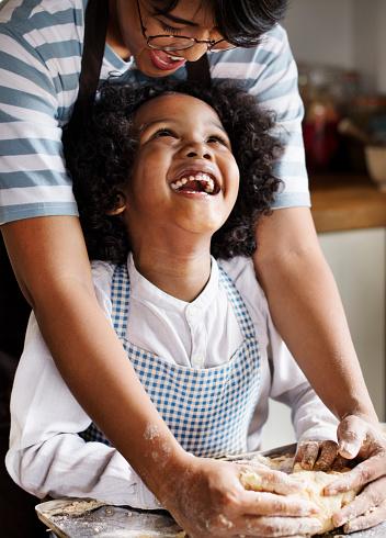 Moeder En Zoon Kneden Van Deeg In De Keuken Stockfoto en meer beelden van Afrikaanse etniciteit