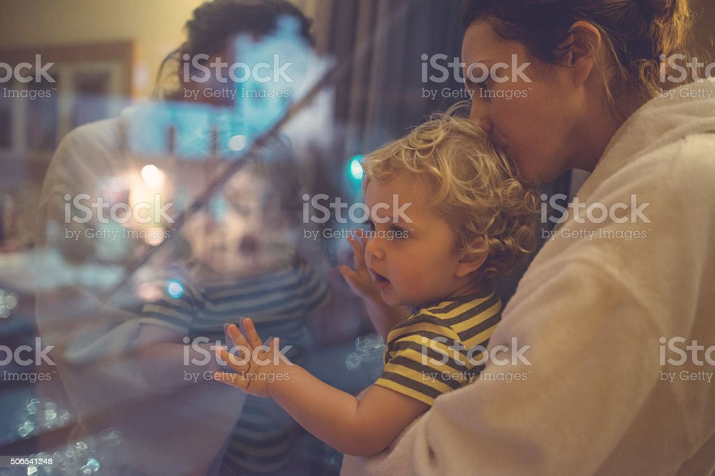 Mutter und Sohn suchen Sie im Blick – Foto