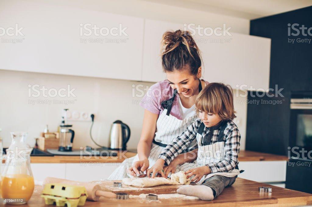 Mutter und Sohn gemeinsam Cookies machen – Foto