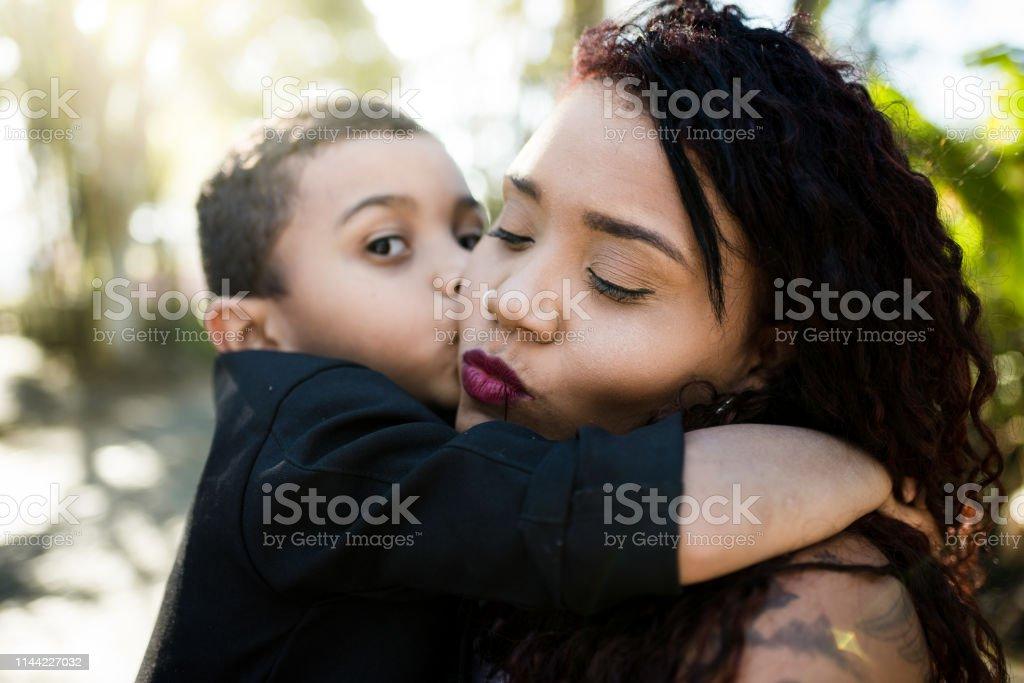 Mutter und Sohn an einem sonnigen Tag - Lizenzfrei Afrikanische Kultur Stock-Foto