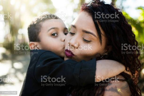 Madre E Hijo En Un Día Soleado Foto de stock y más banco de imágenes de Actividad de fin de semana