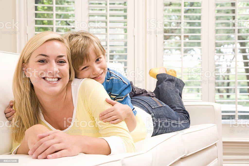 Mother and Son on Couch Lizenzfreies stock-foto