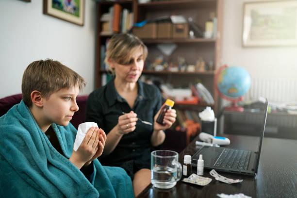 Mutter und Sohn auf Telemedizin Videoanruf mit Arzt – Foto