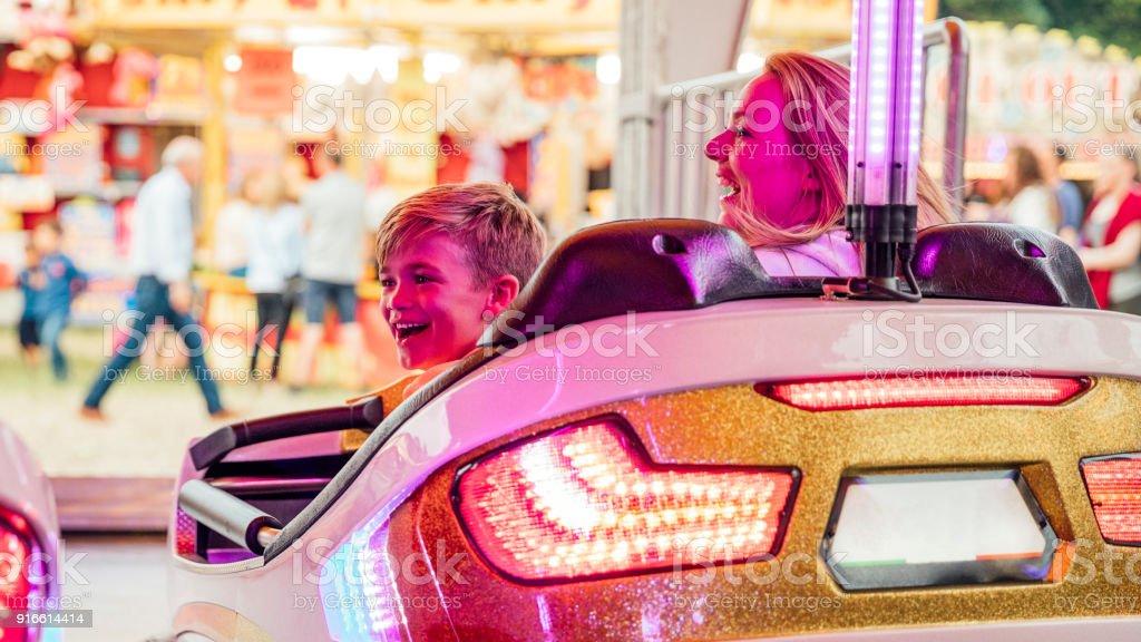 Mutter und Sohn auf dem Autoscooter auf dem Messegelände – Foto