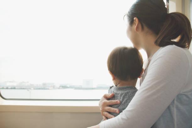 Mãe e filho no trem - foto de acervo