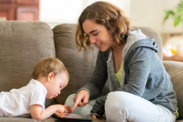 madre e hijo (podría ser una niñera y su hijo) - niñera fotografías e imágenes de stock