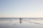 母と息子のビーチで遊ぶ