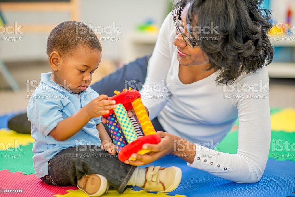 Mutter und Sohn spielen zusammen – Foto