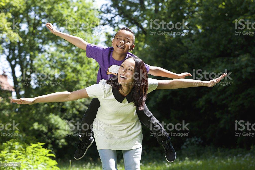 Mutter und Sohn scheinbar fly – Foto