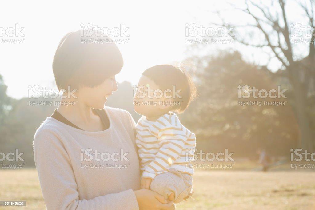 母と息子が公園でリラックス ストックフォト
