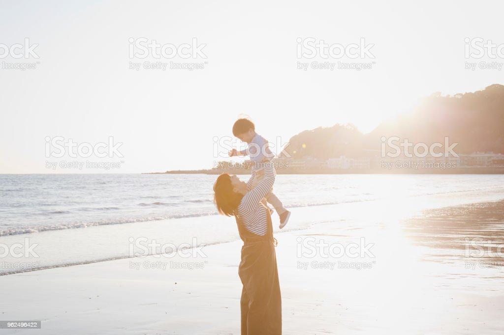 Mãe e filho relaxado na praia - Foto de stock de 2-3 Anos royalty-free