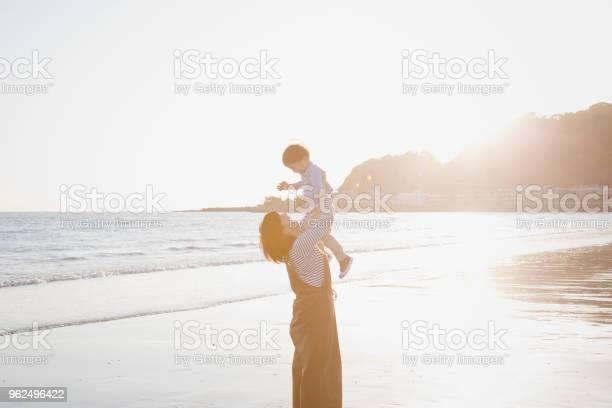 Foto de Mãe E Filho Relaxado Na Praia e mais fotos de stock de 2-3 Anos