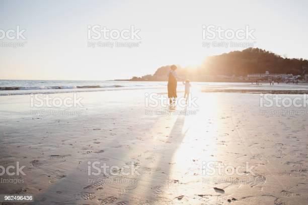 Foto de Mãe E Filho Correndo Na Praia e mais fotos de stock de 2-3 Anos