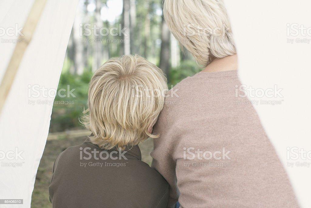 Mère et fils, assis dans la tente photo libre de droits