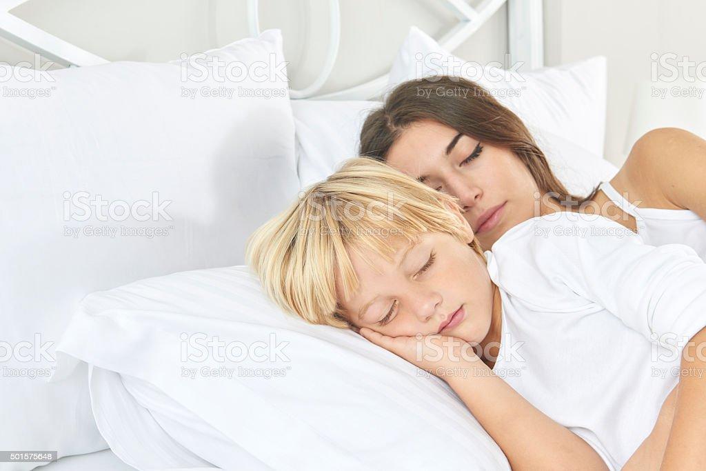 Mutter Und Sohn Schlafen Im Bett Stock Fotografie Und Mehr Bilder